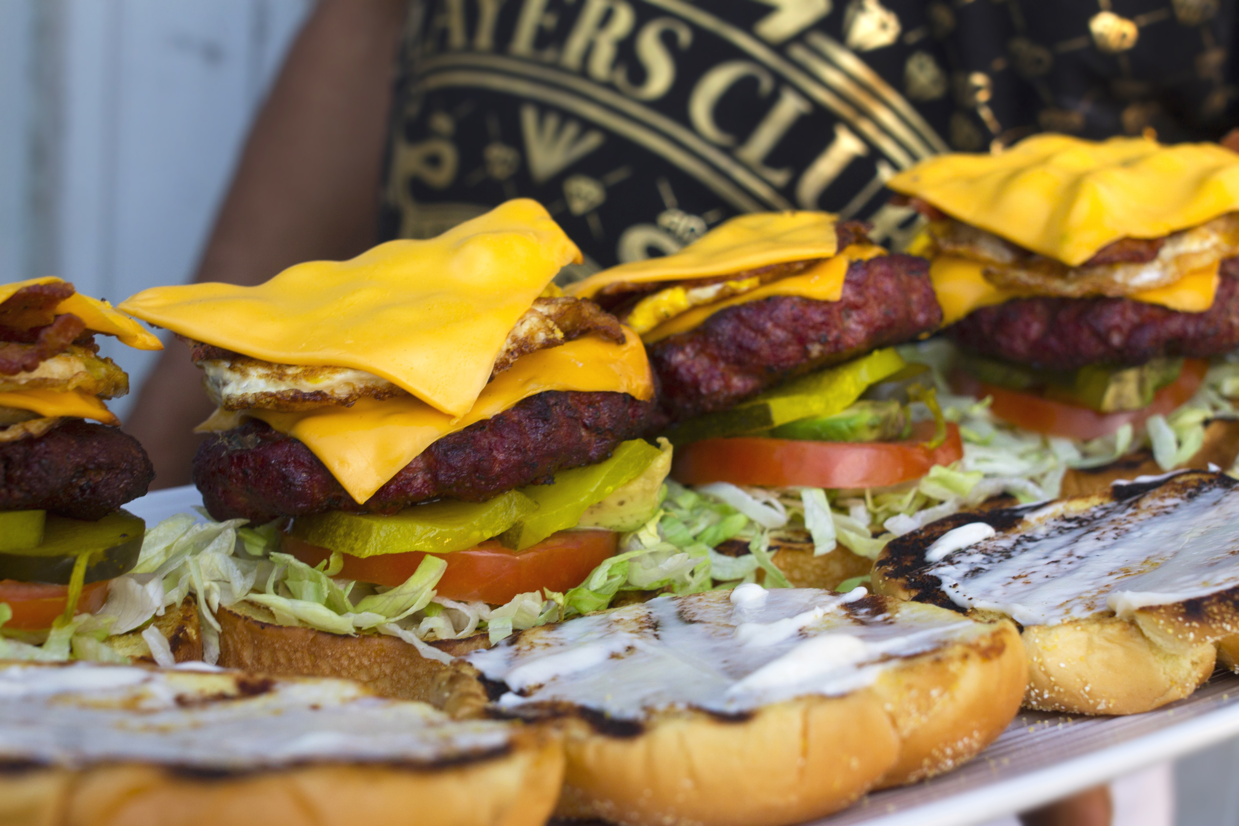 Could you finish this pterodactyl burger from Cheff Dee?